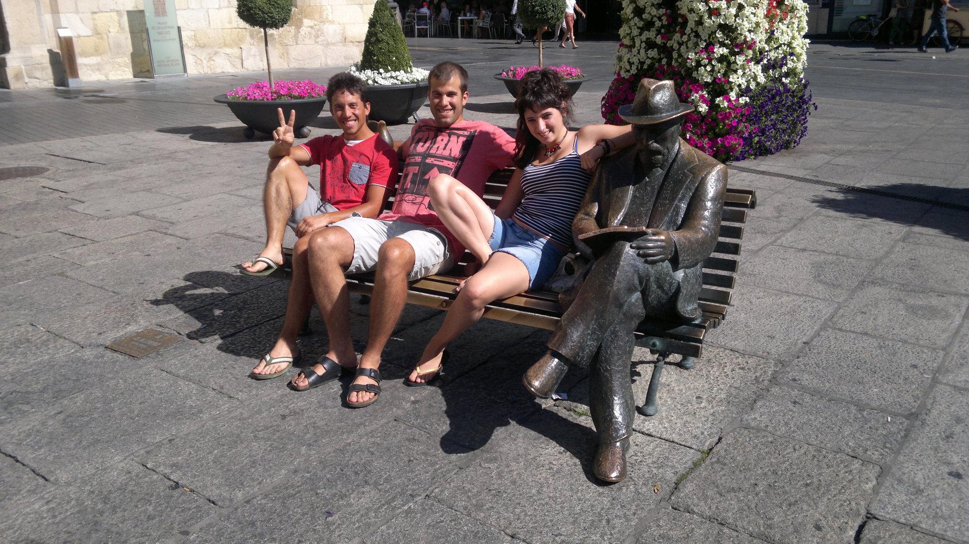 Los tres descansando junto a Gaudí