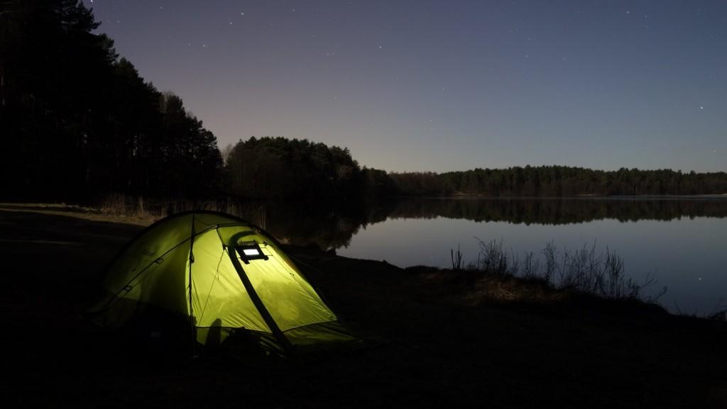cicloturismo-acampada-lago